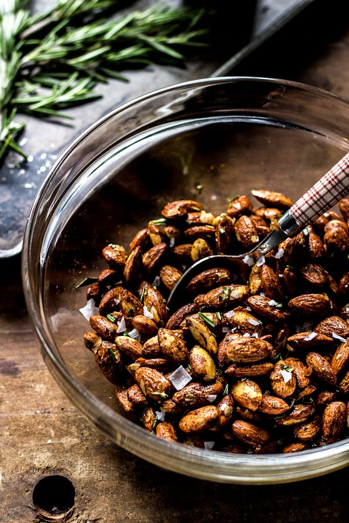 rosemary roasted almonds | theclevercarrot.com