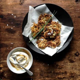 crispy zucchini + potato pancakes with marbled applesauce yogurt | theclevercarrot.com