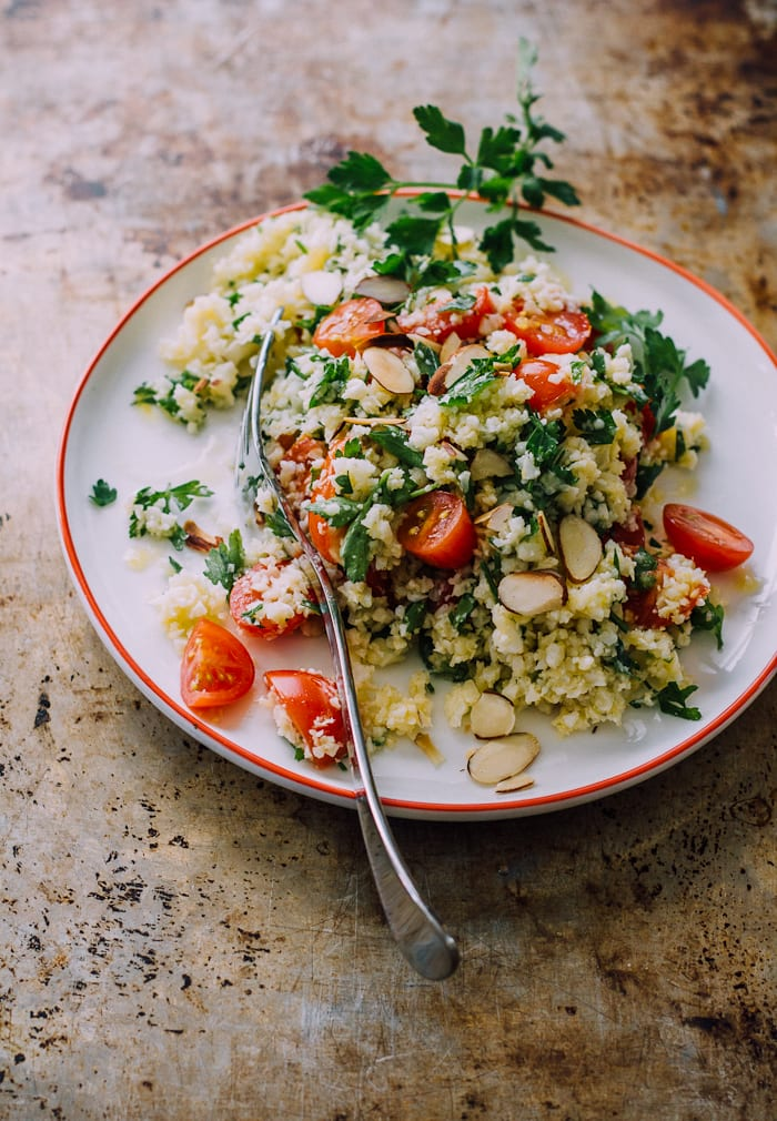healthy in a hurry: roasted cauliflower tabbouleh salad with crispy toasted almonds | theclevercarrot.com
