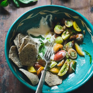 Tahini Tomato Salad | theclevercarrot.com